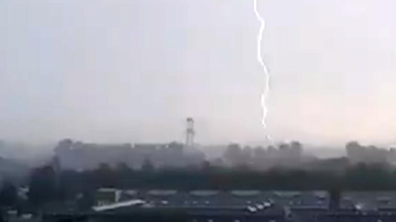 Compilatie: Onweersbuien trekken over Nederland