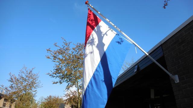 Nederlandse vlag komt in vergaderzaal Tweede Kamer te hangen