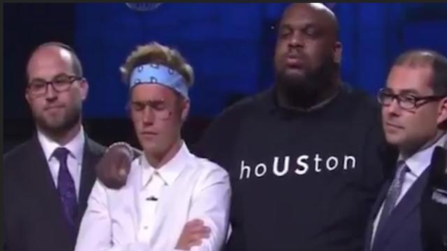 Bieber bidt tijdens benefietavond op podium voor orkaanslachtoffers