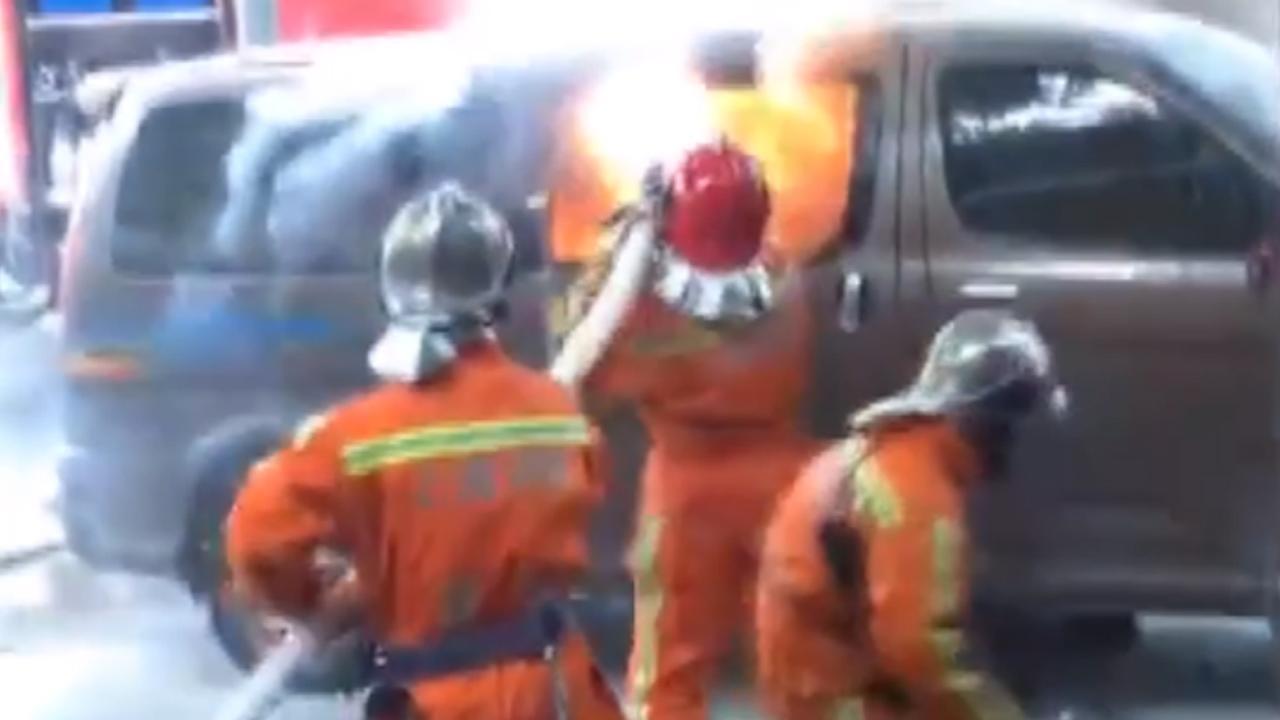Busje met gasflessen rijdt in Shanghai al brandend op publiek in