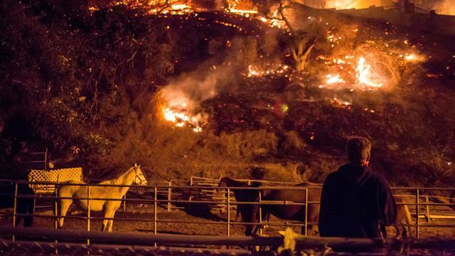 Natuurbrand in Californië breidt zich uit en verwoest honderden huizen