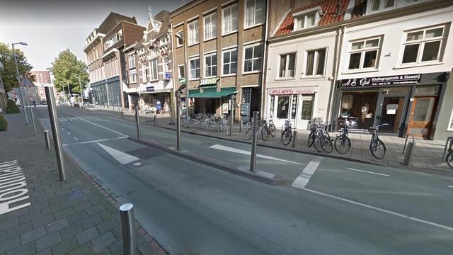 Stadsbus botst tegen paaltje bussluis op Houtmarkt in Breda