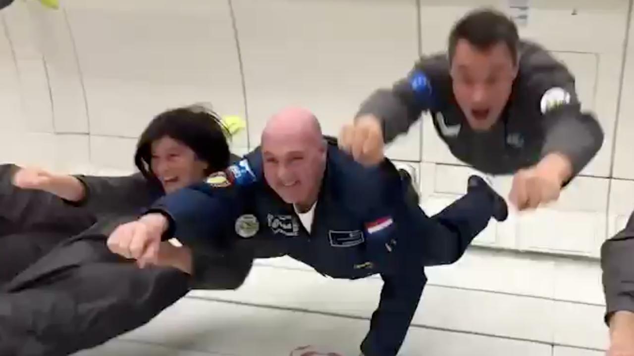 André Kuipers ervaart gewichtsloosheid in vliegtuig