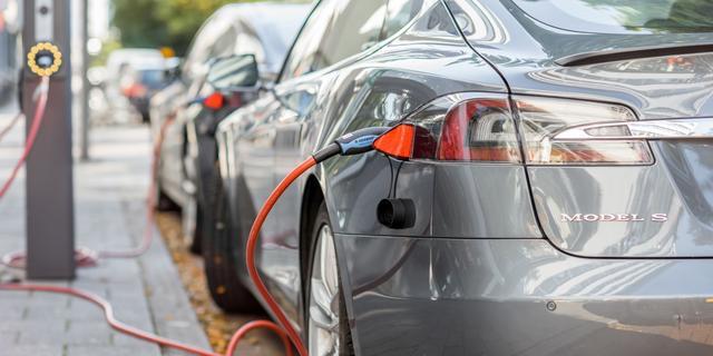 Nederlander voltooit wereldreis van 100.000 kilometer in elektrische auto