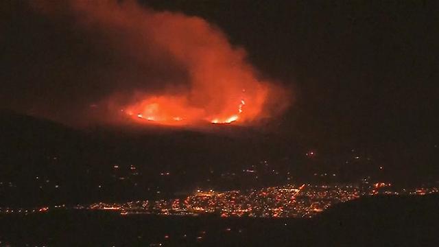 Natuurbrand woedt in nacht boven Californische stad