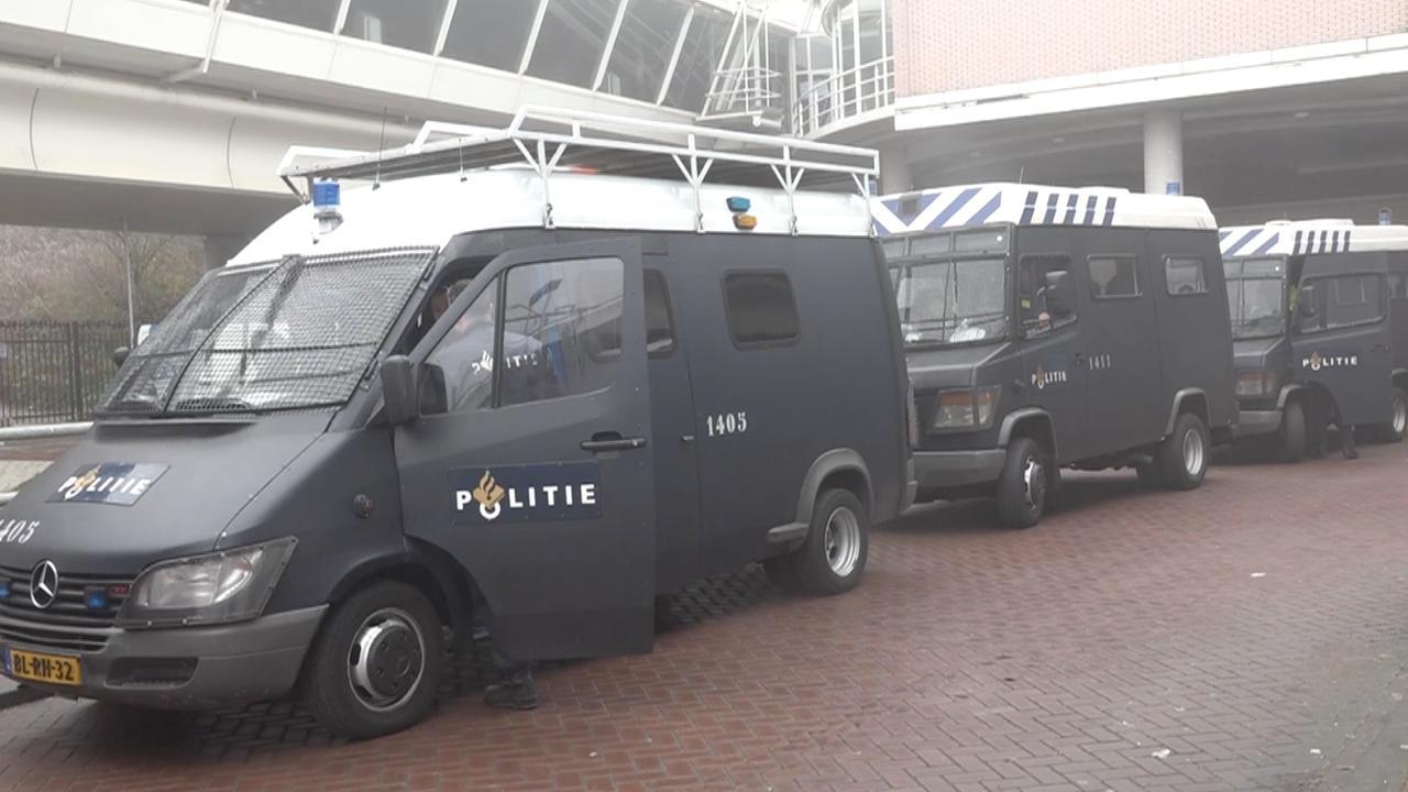 ME rijdt met tegenstanders Zwarte Piet mee naar Dokkum