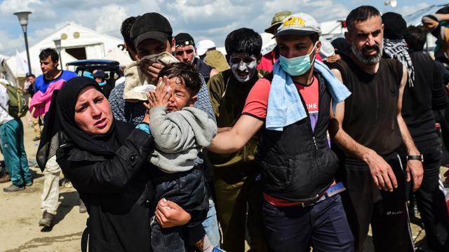 Zeker 260 migranten gewond door traangas Macedonische politie
