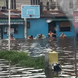 Video | Filipijnen houden 'olympische zwemrace' in ondergelopen straat