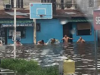 Filipijnen houden 'olympische zwemrace' in ondergelopen straat