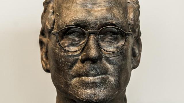 Bronzen hoofd Ben Feringa wordt geplaatst in Academiegebouw