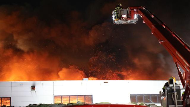 Zeer grote brand bij recyclebedrijf in Dongen onder controle