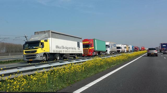 A15 richting Nijmegen weer open na ongeluk met drie vrachtwagens