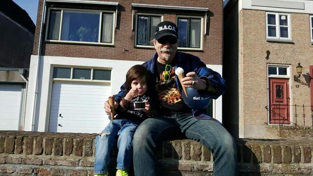 Opa Rienk van Dijk met zijn kleinzoon.