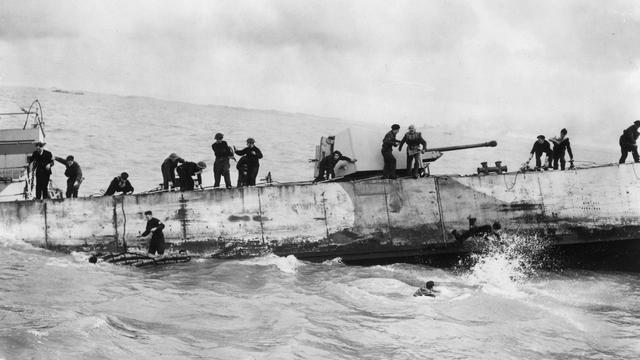 1944: Een Brits landingsvaartuig zinkt na een Duitse voltreffer bij Walcheren.