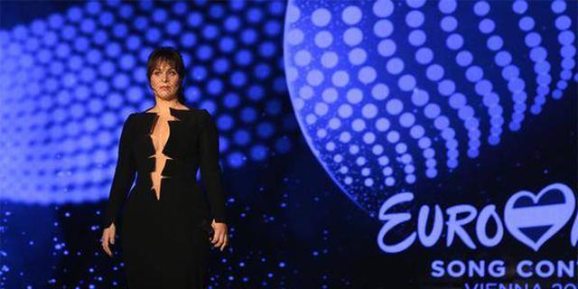 Ontwerper eerste jurk Trijntje Oosterhuis verrast door jumpsuit