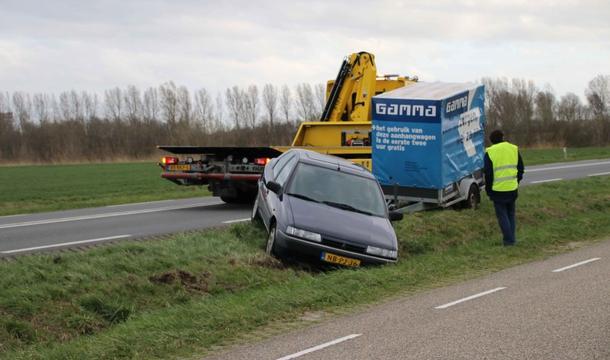 Auto met aanhanger belandt in sloot op Deltaweg in Goes, geen gewonden