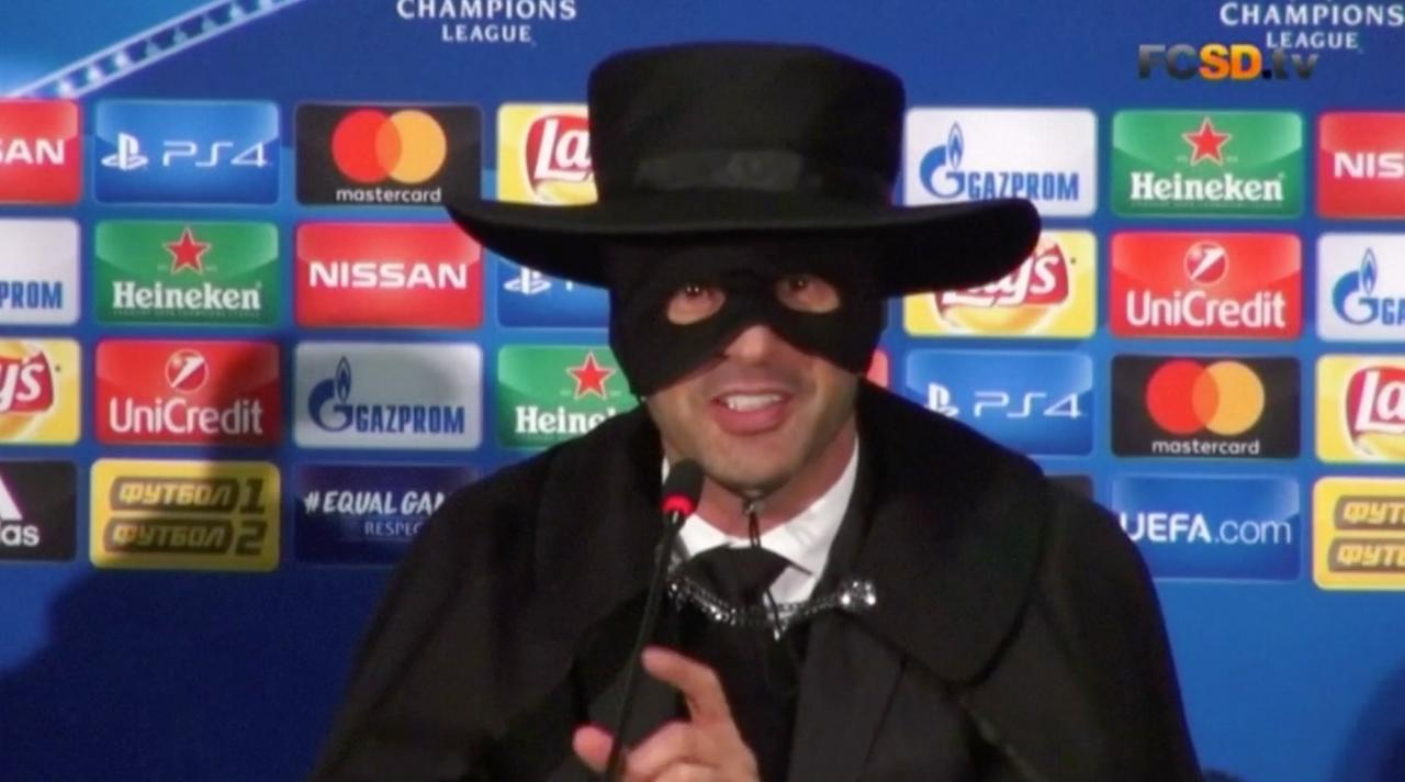 Trainer Shakhtar geeft na winst persconferentie in Zorro-outfit