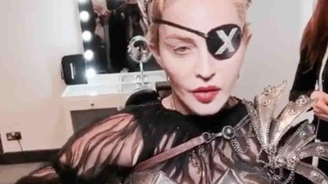 Palestijnse en Israëlische vlag op podium tijdens optreden Madonna
