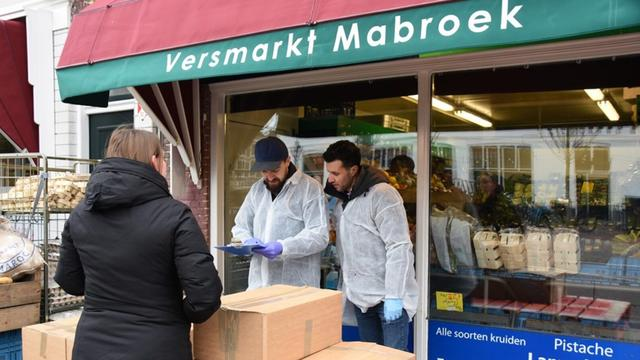 Ondernemers delen honderd voedselpakketten uit in Leiden