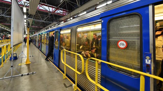 Metro stilgelegd om brandlucht bij Waterlooplein