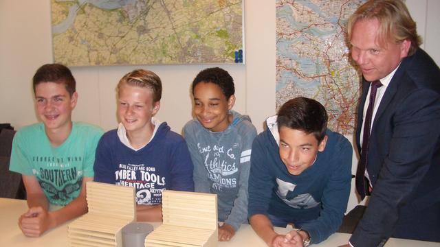 Bankjes van leerlingen maken Voorstaat Fijnaart mooier