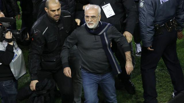 Voorzitter PAOK voor drie jaar geschorst na betreden veld met pistool