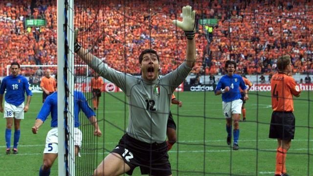 De Italiaanse doelman Francesco Toldo juicht na de eerste van in totaal twee gestopte penalty's van Frank de Boer.