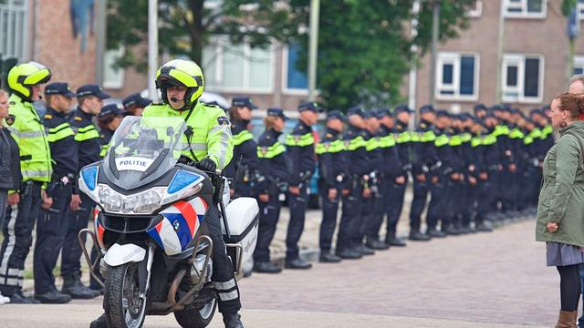 Politieagenten Alphen aan den Rijn vormen erehaag voor overleden collega