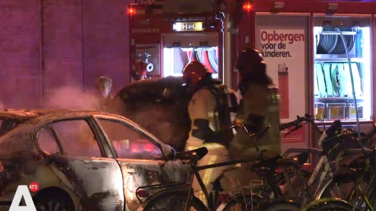 Auto vliegt zomaar in brand op Bernard Kochstraat
