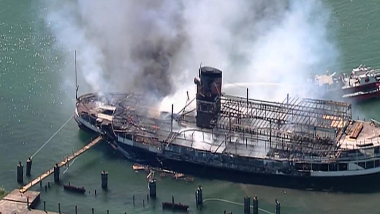 Drone filmt hoe historisch schip afbrandt in Detroit