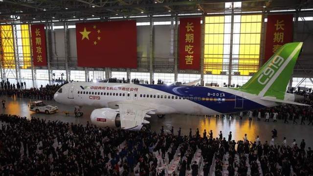 China toont zelfgemaakt verkeersvliegtuig