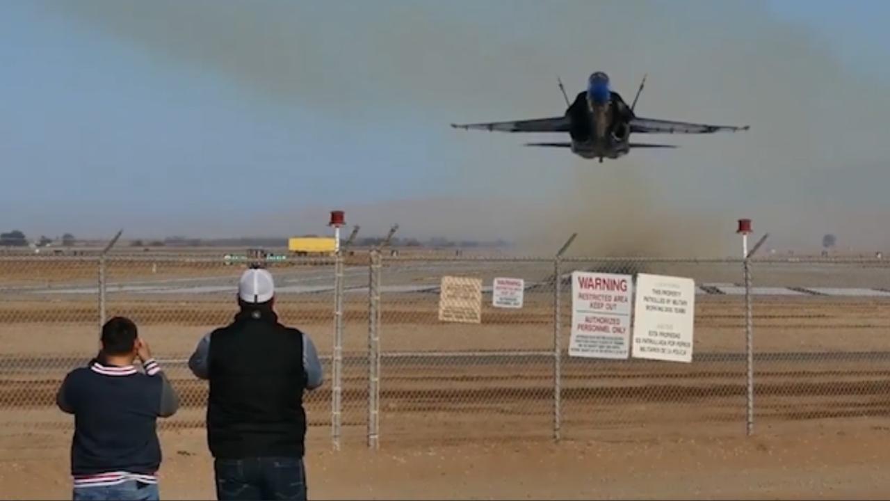 Stuntpiloot creëert enorme zandwolk in Californië