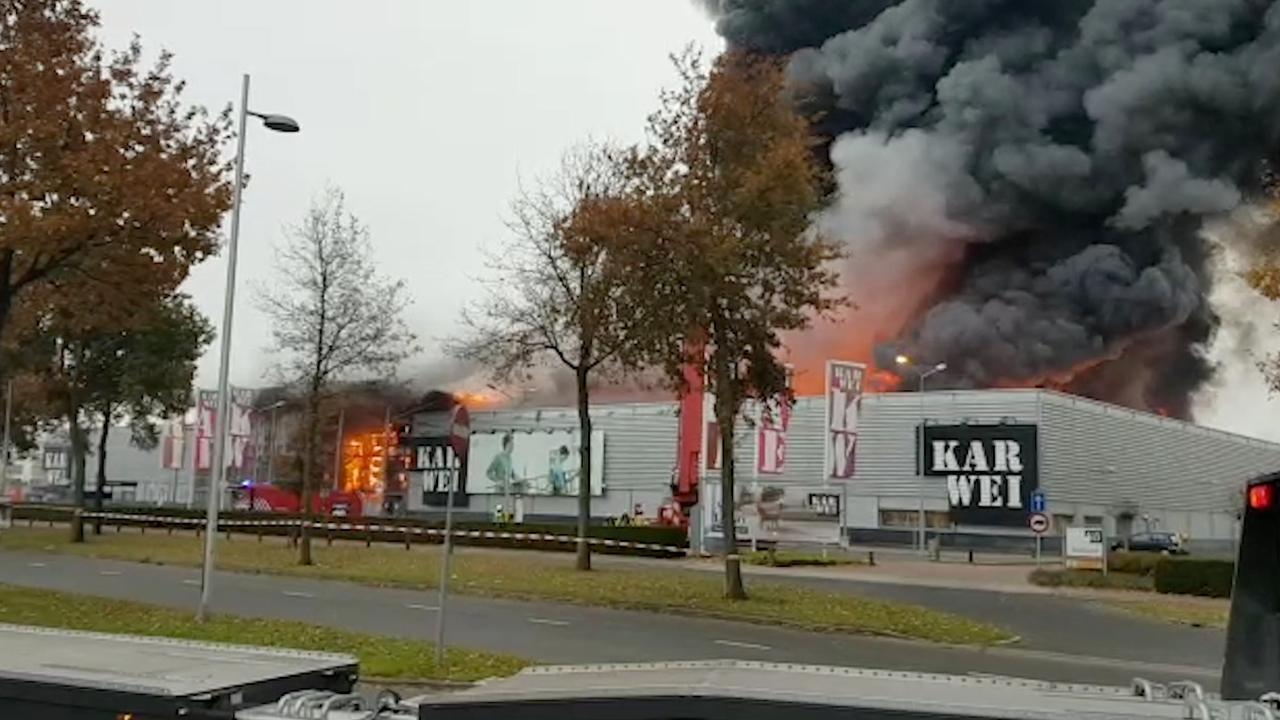 Vlammen slaan uit dak bij zeer grote brand in Karwei Apeldoorn