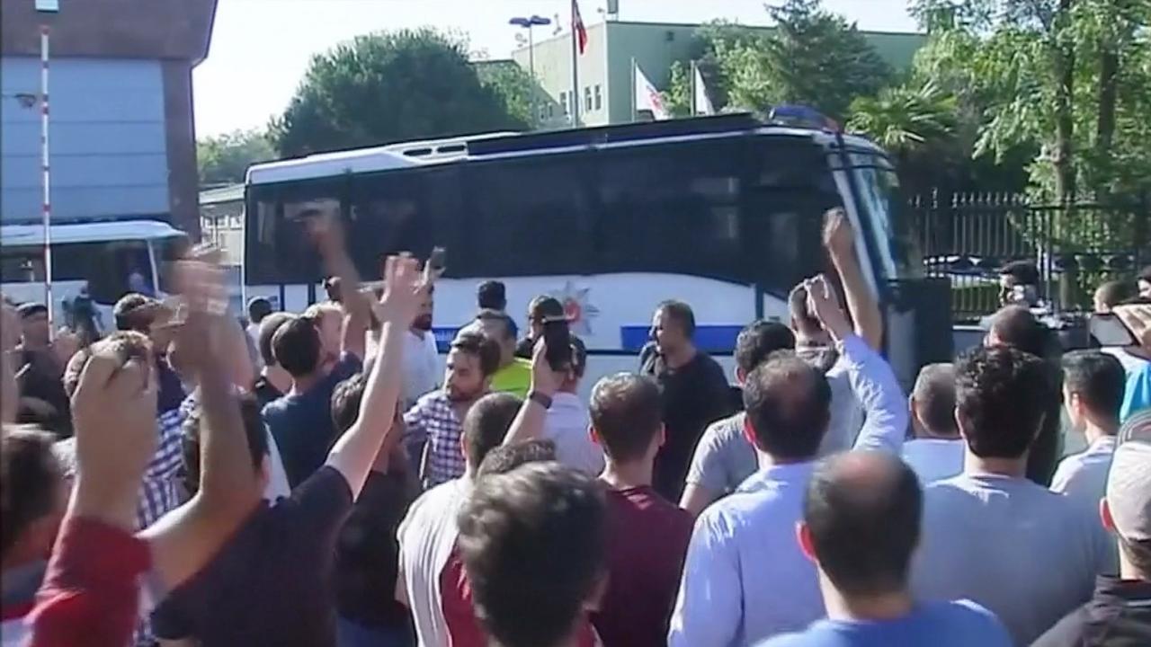 Coupplegers worden weggevoerd door politie