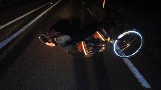 Muzikanten vinden roes uitslapende jongen op provinciale weg