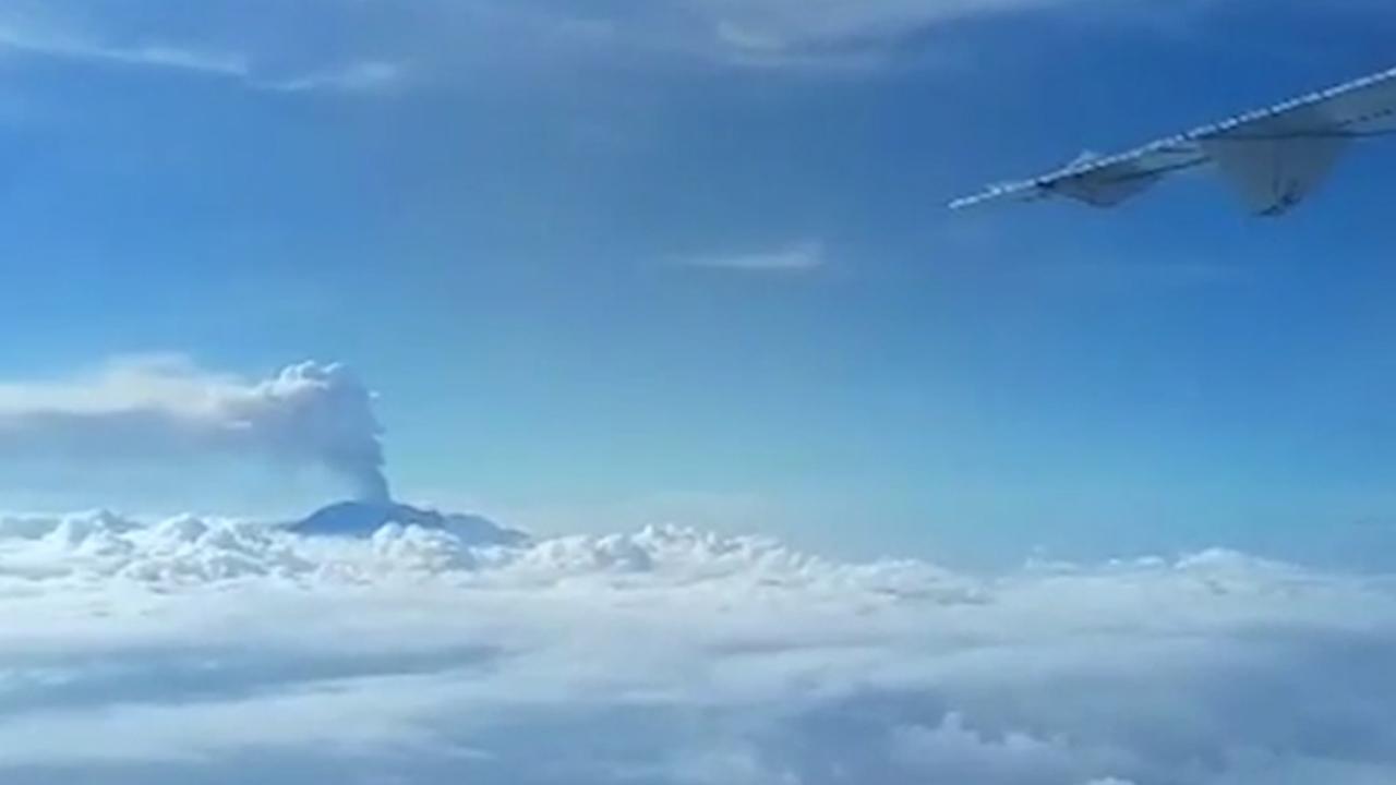 Mensen filmen vulkaanuitbarsting Bali vanuit vliegtuig