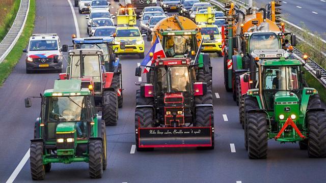 Boze boeren zorgen met trekkers voor 10 kilometer file op A2