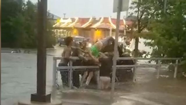 Omstanders bevrijden bejaarde man uit zinkende auto
