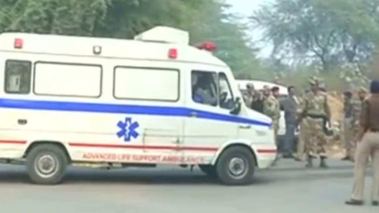 Hulpverleners komen ter plaatse na vliegtuigcrash New Delhi