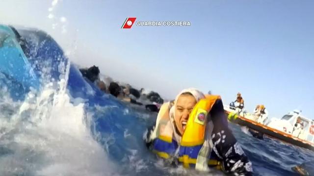 Italiaanse kustwacht springt in water om 63 migranten te redden