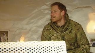 Prins Harry bezoekt Britse mariniers in poolcirkel