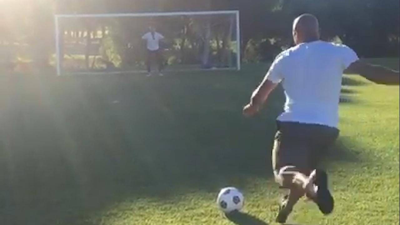 Roberto Carlos imiteert zonder succes beroemde vrije trap uit 1997