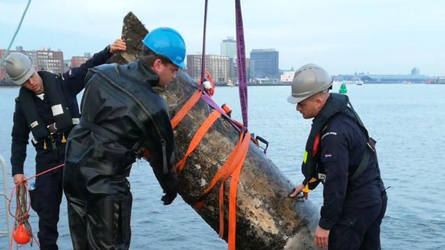 EOD brengt zeemijn uit IJ Amsterdam tot ontploffing