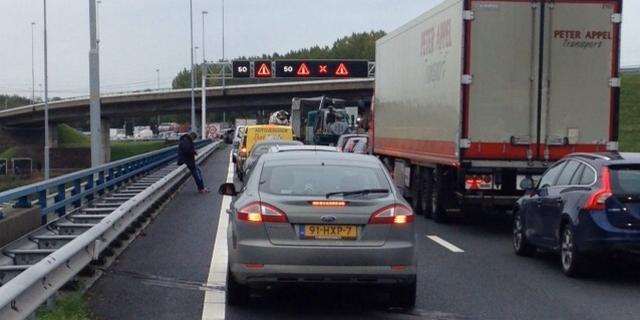 Automobilisten keren op de snelweg na ongeluk Coentunnel Amsterdam