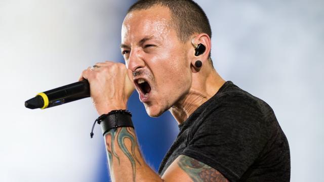 Linkin Park herdenkt overleden Chester Bennington tijdens concert