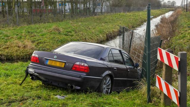 Auto crasht op Leidse Schouw in Alphen