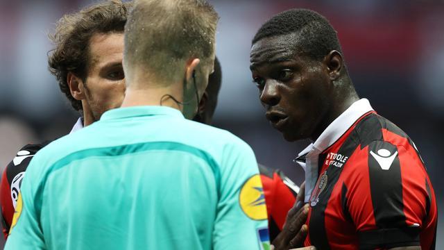 Trainer en teamgenoot verdedigen Balotelli na rode kaart