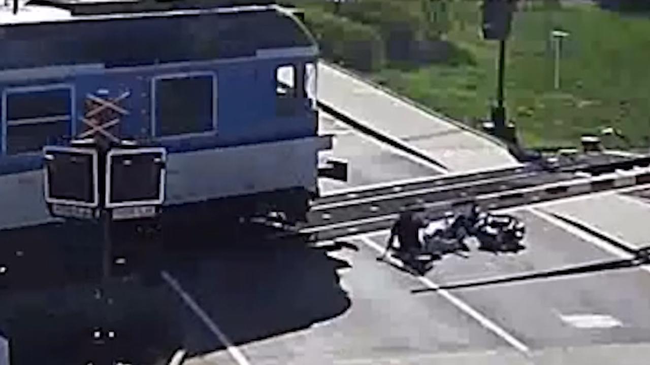 Man redt brommerrijder in Tsjechië van naderende trein