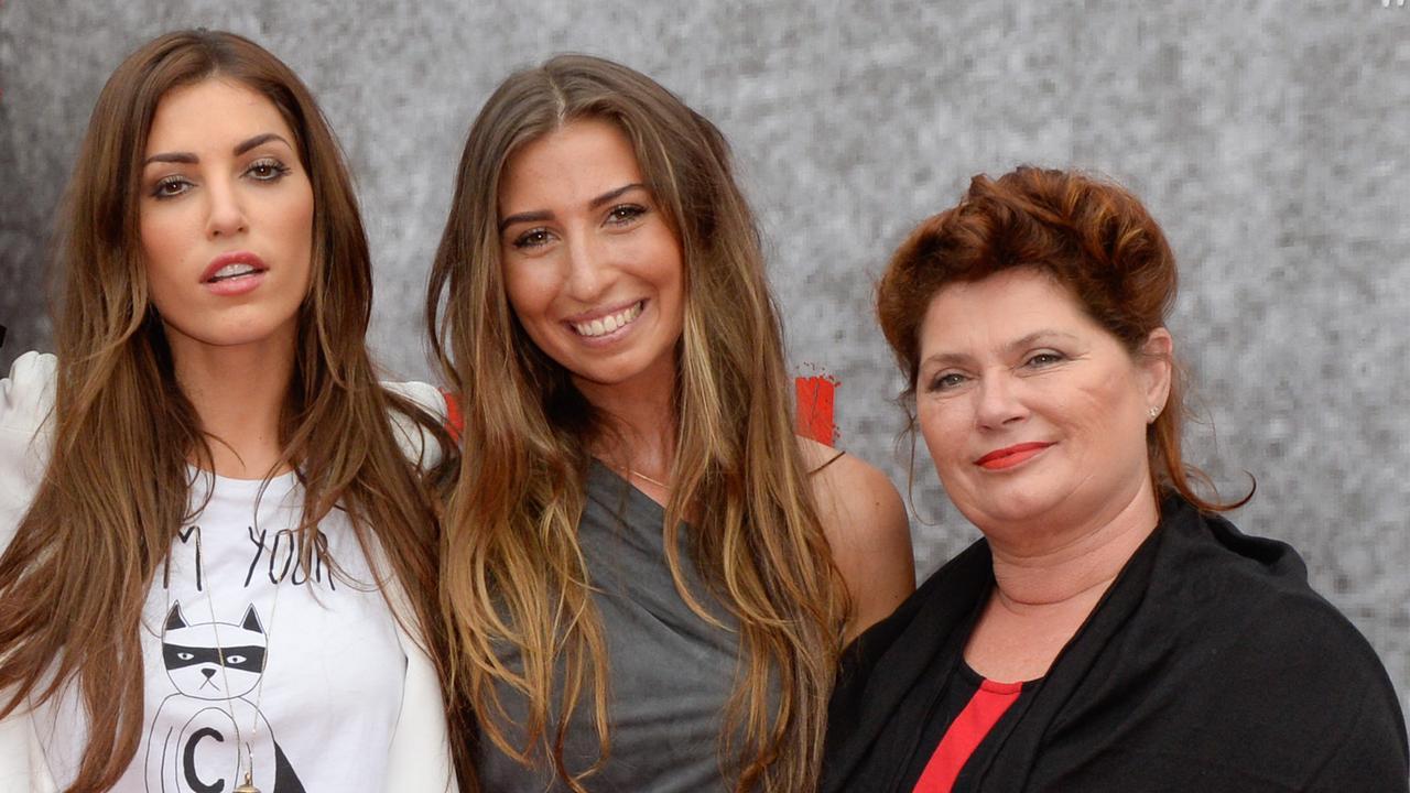 Yolanthe Sneijder-Cabau en Xelly verrassen moeder bij thuiskomst na operatie