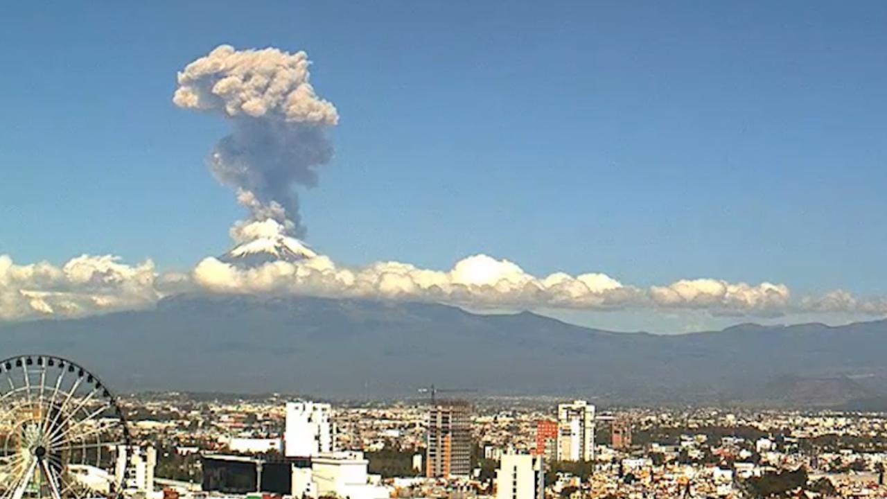 Mexicaanse vulkaan Popocatépetl spuwt enorme aswolken uit